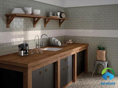 Phòng bếp sử dụng gạch màu xám ốp tường