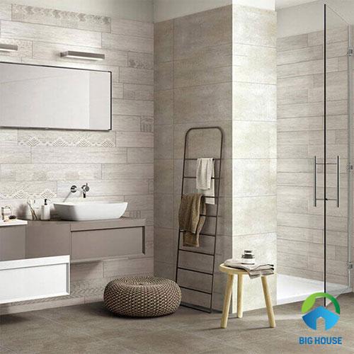 Gạch giả gỗ ốp tường nhà tắm màu xám