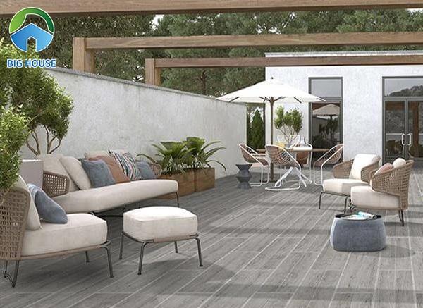 Gạch vân gỗ dùng để lát sân vườn nên đảm bảo chống chịu tốt trước các yếu tố thời tiết