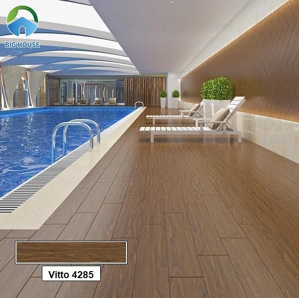Gạch giả gỗ tone màu trầm lát lối đi hồ bơi rất đẹp. Bên cạnh đó, mẫu gạch Vitto 4285 15x80 này còn có thể ứng dụng trong nhiều không gian khác.