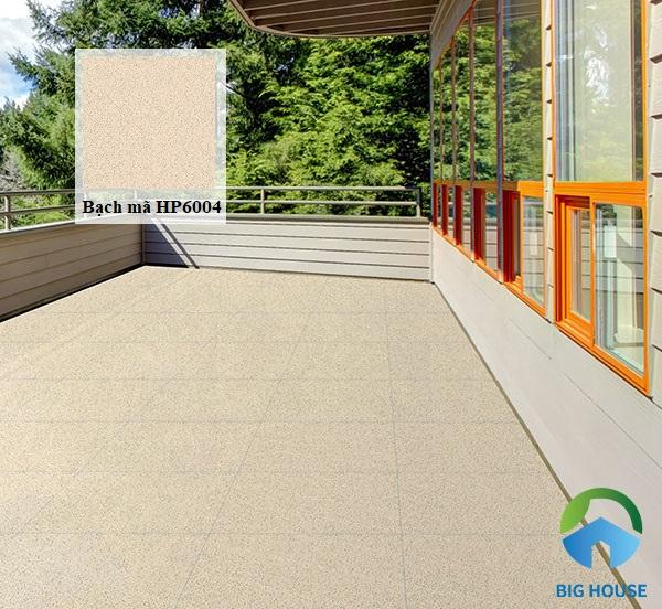 Gạch Bạch Mã HP6004 với họa tiết muối tiêu độc đáo. Với mẫu gạch này, bạn có thể sử dụng cho cả sân thượng của nhà ở dân dụng hoặc sân thượng của các quán cà phê, nhà hàng để tạo cảnh quan bắt mắt, tự nhiên