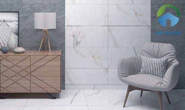 Ốp tường phòng khách bằng mẫu gạch vân đá marble luôn là sự lựa chọn hoàn hảo