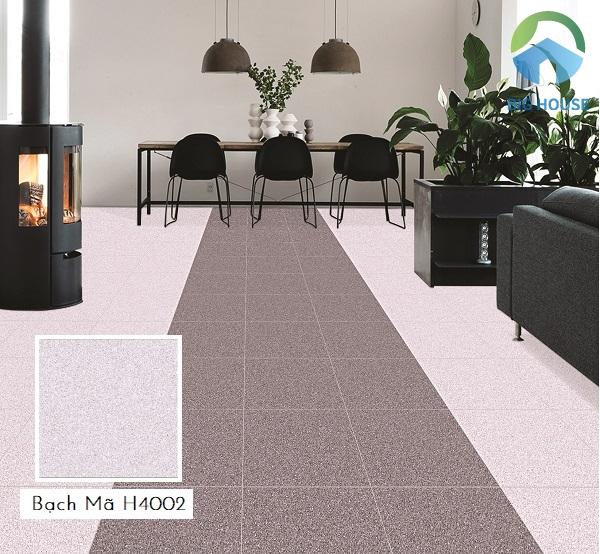 Gạch Bạch Mã H4002 hồng nhạt lát xen kẽ gạch tone màu đậm hơn tạo sự hài hòa cho không gian