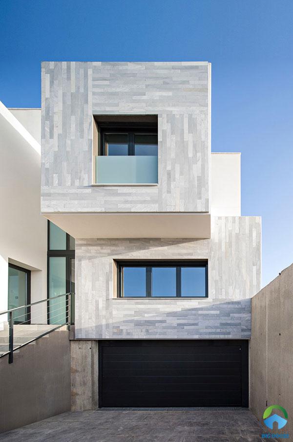 Mẫu gạch giả đá màu xanh tím nhạt khác biệt này cũng là một ý tưởng hay để ốp mặt tiền ngôi nhà. Cách trang trí ngoại thất này tạo sự độc đáo, mới lạ và thu hút