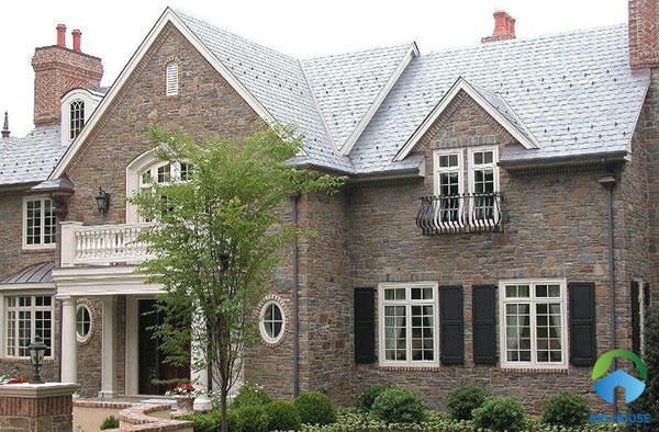 Mẫu gạch vân đá ốp mặt tiền màu nâu được ứng dụng rất phổ biến cho mặt tiền những ngôi nhà mang phong cách cổ kính