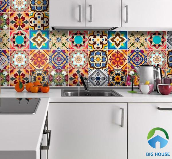 Đầu tiên là sự kết hợp ngẫu nhiên của các loại gạch bông đa sắc màu giúp gian bếp nhà bạn thật nổi bật