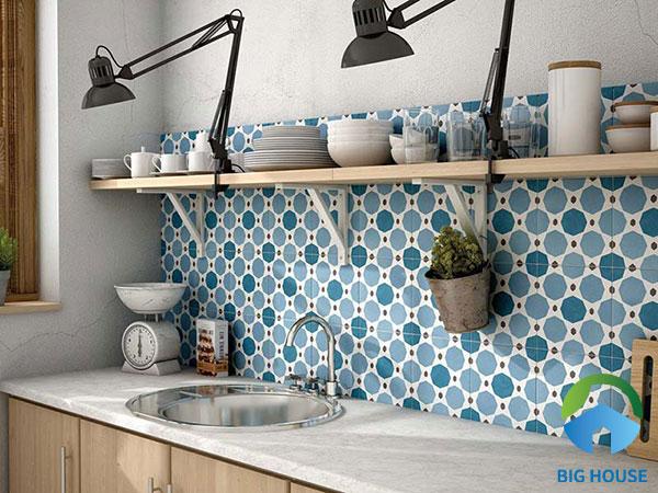 Mang hơi thở của biển vào căn bếp nhỏ với mẫu gạch bông màu xanh này