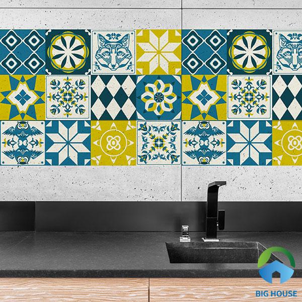 Ốp một phần tường bếp bằng gạch bông màu xanh vàng rất thu hút