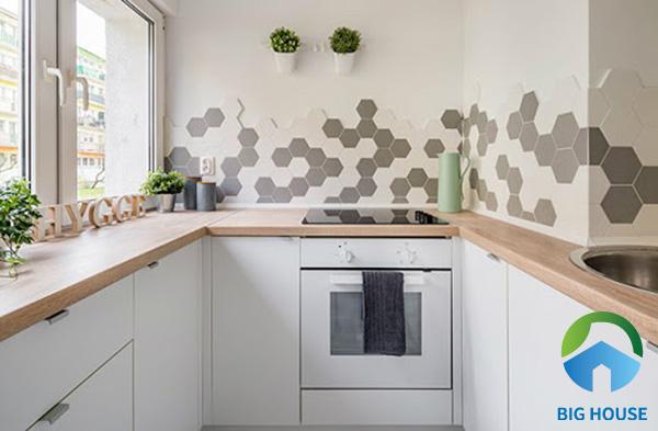 Hoặc bạn có thể sáng tạo cho căn bếp nhỏ với gạch bông lục giác kích thước nhỏ