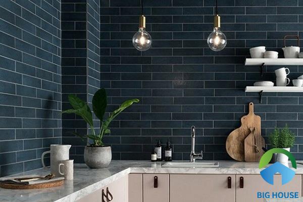 Ốp toàn bộ tường bếp bằng gạch thẻ tone xanh đậm tạo chiều sâu cho không gian