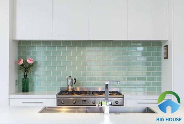 Mẫu gạch thẻ xanh ngọc nhẹ nhàng, tao nhã là một gợi ý không tồi cho tường bếp nhà bạn